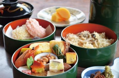 竹をイメージした3段重に、秋の食材が盛り込まれた竹御膳(4235円)。吸い物、デザート付き/錦水亭