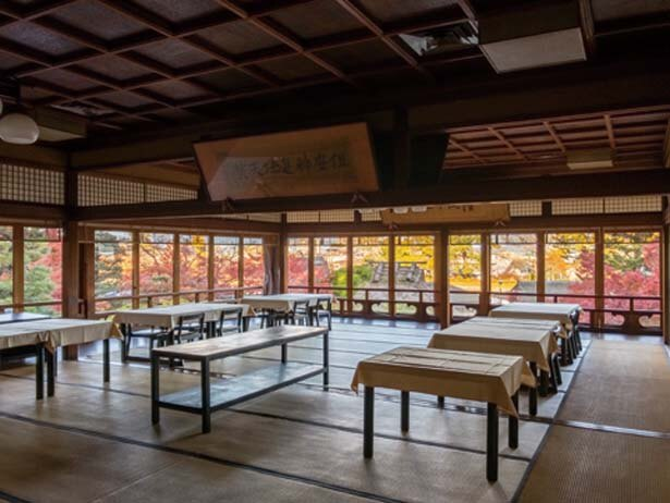 【写真を見る】店内は大小さまざまな部屋があり紅葉に包まれた庭園が見える/錦水亭