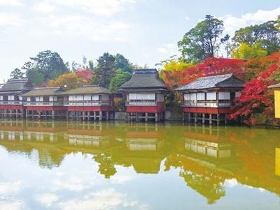 池の上に座敷が浮かび優雅な雰囲気/錦水亭