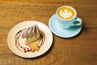 カプチーノ(530円)は、スペシャルティコーヒーのフルーティな味わいにミルクがマッチ。モンブラン(560円)は秋限定/SPECIALTY COFFEE Unir本店