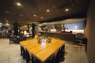 店内はカフェスペースのほかに、オリジナルグッズの販売コーナーなどもあり。テイクアウト可能なメニューもある/SPECIALTY COFFEE Unir本店