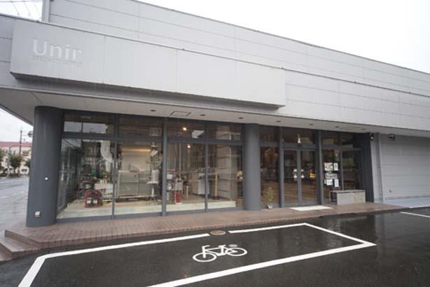 通りからも店内の様子がよくわかる開放感のある作り。駐車場も16台分用意されているので、車でのアクセスもOK/SPECIALTY COFFEE Unir本店