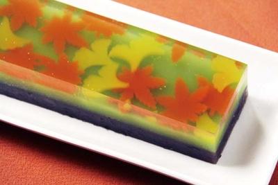 「秋の彩(いろどり)」(1本1600円)。粒あんのようかんの上に、澄みきった秋の渓流に流れる、鮮やかなモミジとイチョウを表現した/みずは北川本店