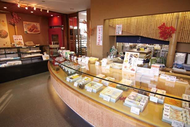 ショーケースには生菓子が並ぶ/みずは北川本店