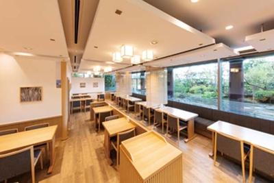 カフェからは美しい庭園を眺められる/小倉山荘 竹生の郷本店