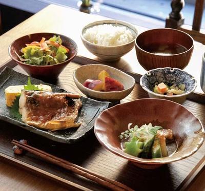 「月替りのほっこり六角ランチ(和)」(1480円)。写真はサバの生姜味噌煮に小鉢2品、サラダなど/六角kitchen 109