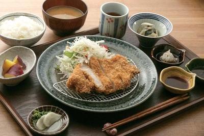 宮崎県産のドングリを食べて育ったブランド豚を使ったどんぐりとんかつ定食(1580円)/六角kitchen 109