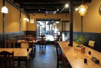 風情ある京町家を改装。中庭の緑を眺めながらくつろげる/六角kitchen 109