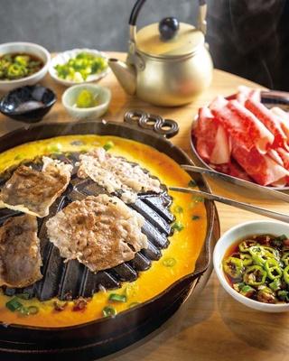 【写真を見る】薄切り肉を鉄板で焼き、特製つけダレや塩で味わうチャドルバギ(1500円、写真は2人前)/Brisket RONY