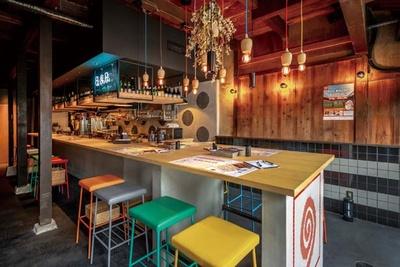 京町家とアジアンテイストが調和した雰囲気。1階はカウンター席、2階はテーブル席に/大陸食堂 TYPHOON