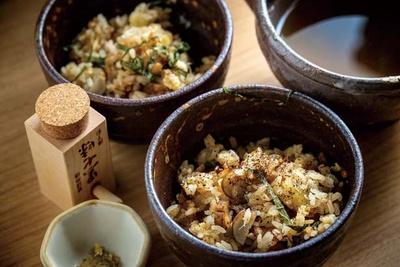 煮アナゴ天を1本使った、ごぼうと揚げアナゴの土鍋ご飯(1800円)/野菜酒場 あしおと
