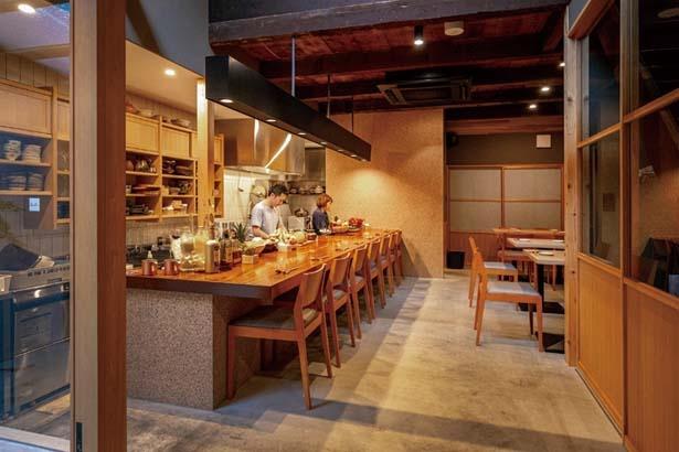 路地にたたずむ京町家をリノベート。1階カウンター席にはずらりと採れたて旬野菜が並ぶ/野菜酒場 あしおと