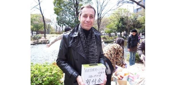 名古屋テレビ塔下で寄付金を募るクリス・グレンさん。名古屋~仙台(往復)と被災地でのフライトにかかる燃料費は1機1日あたり20万円。
