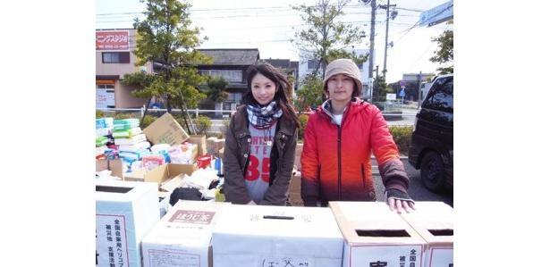 バロー一宮西店駐車場で寄付金を募る、タレントの水野裕子さん(写真右)と加藤沙耶香さん(同左)。