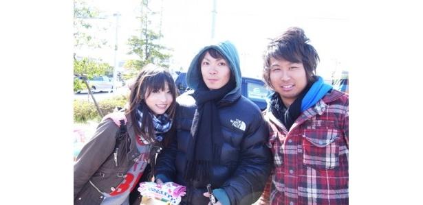加藤沙耶香さん(写真左)の中学校の同級生も応援に駆けつけた。五藤優さん(同右)、東郷幸一さん(同中)は「できるだけ多くの支援物資を被災地に送りたい」と意気込む。