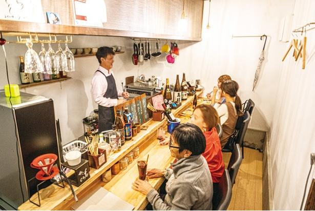 カウンターでは店主やほかの客との会話も楽しい / ちぃcafe