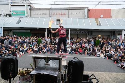 ジャグラーによる炎を使用した大道芸では、大きな拍手と歓声、爆笑で包まれていた