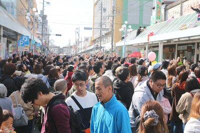 商店街の通りを埋め尽くす人。飯田市以外からも多くの人が集まった