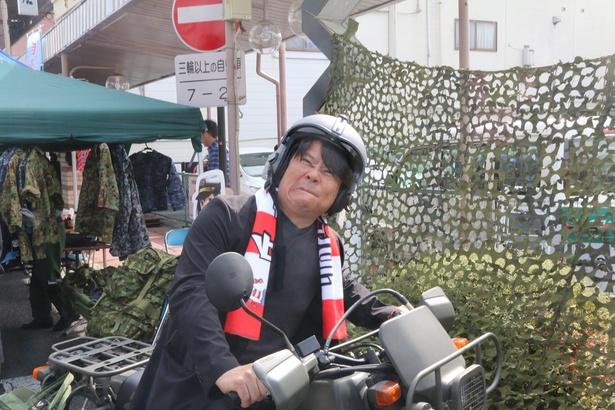 自衛隊のバイクにまたがって興奮気味の竹内氏。自身も心から丘フェスを楽しむとか