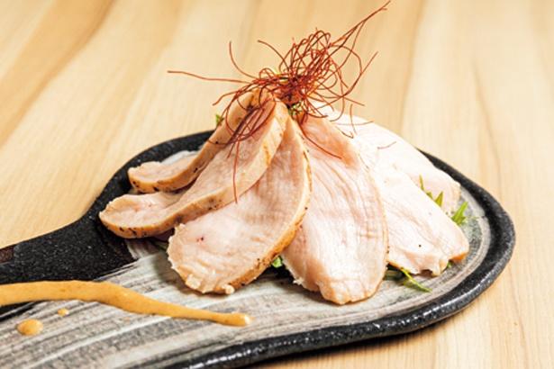 【写真を見る】低温調理でしっとりした鶏レアハム(680円)はタマネギと醤油ベースのタレで/炭火焼鳥と鶏肴 keshiki.
