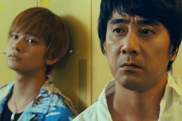 山崎まさよしがダークヒーローを演じる。