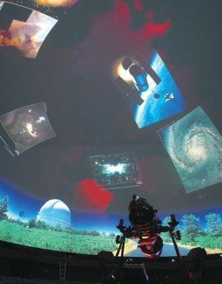 新プラネタリウムでは、過去48年間働き続けた旧プラネタリウムの最終番組のワンシーンを見ることができる