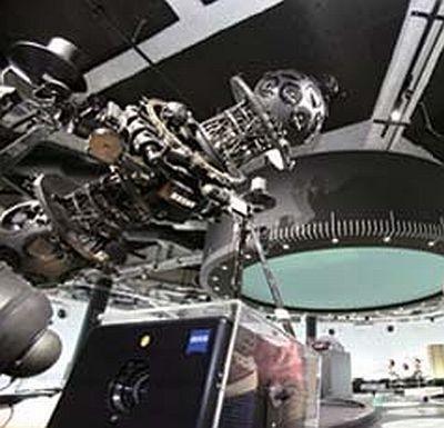 プラネタリウムの下にある展示室は、宇宙に関する展示物が満載!