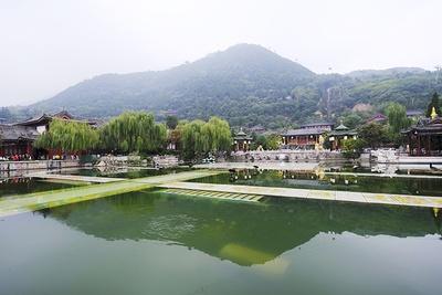 「華清池(かせいち)」。唐の第9代皇帝・玄宗が楊貴妃のために造った離宮。楊貴妃が湯浴みした浴室の復元や、今なお湧き続ける温泉などが整備されている