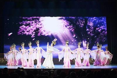 「陝西歌舞大劇院(せんせいうたまいだいげきいん)」。唐の時代の宮廷音楽や舞踏を取り入れた、豪華絢爛なショーを上演。ボリュームたっぷりの宮廷料理もある