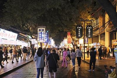 「回民街(かいみんがい)」。約500mにわたって飲食店や露店が並び、昼夜問わず地元の人々や観光客が行き交う。宗教上、アルコールは販売されていないので注意