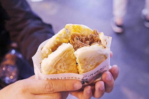 刻んだ牛肉をパンではさむロージャーモー。まさに西安版ハンバーガーといったところ