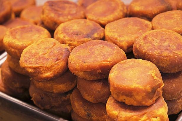 西安スイーツの定番、ホワングイシーズビン。柿を用いた餅の中にあんがたっぷり!