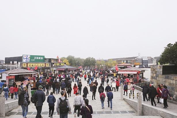 「秦始皇帝陵博物院」の出口付近にある商店街。多数の飲食店やみやげ店が軒を連ねており、ランチや買物をここだけですますことができる