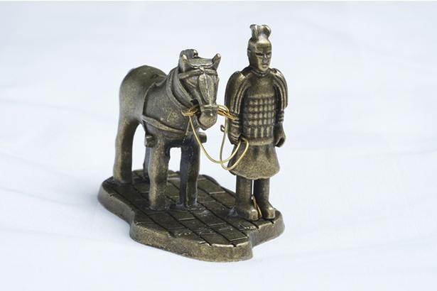 手のひらサイズの、兵馬俑のブロンズ製フィギュア