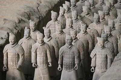 「秦始皇帝陵博物院」。約2200年前に始皇帝陵の副葬品として埋葬された、約8000の兵馬俑(へいばよう)を展示。世紀の大発見といわれ、秦の始皇帝陵と兵馬俑坑が世界遺産に認定されている