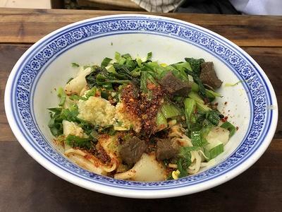 街中には、まだまだ絶品グルメがいっぱい。写真は、平たく伸ばしたモチモチの麺が特徴のビャンビャン麺