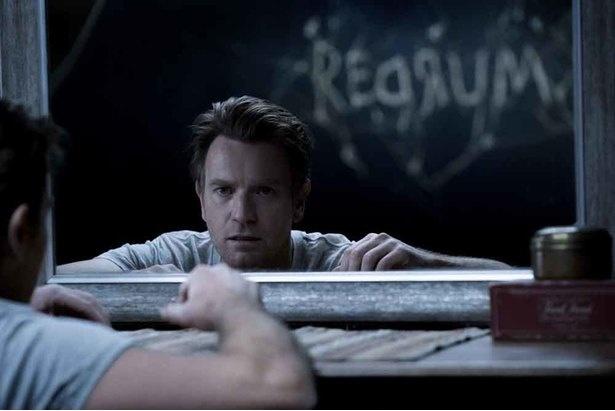 """【写真を見る】鏡に映った""""REDRUM""""の文字が意味することとは?(『ドクター・スリープ』)"""