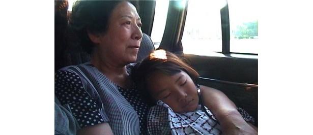 祖母の胸の中で眠るソナ