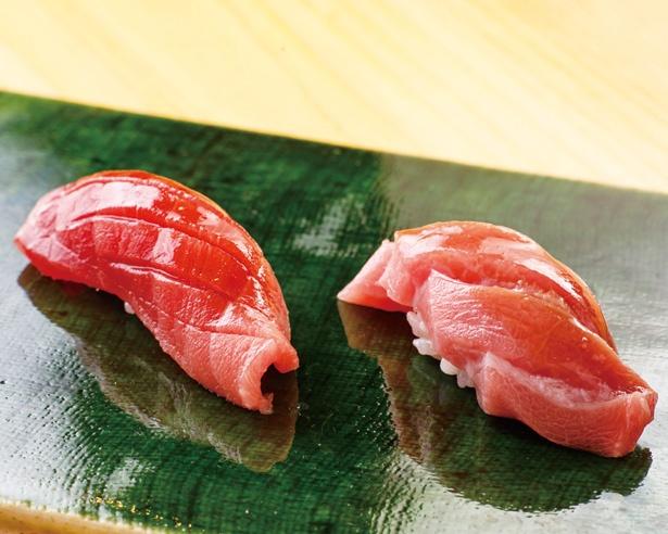 【写真を見る】北海道戸井産マグロの大トロ(右)と中トロ(左)。仕入れ後、鮮魚店の協力を得て最高の状態まで寝かしつけてから使用する / 鮨 功(名古屋市中区)