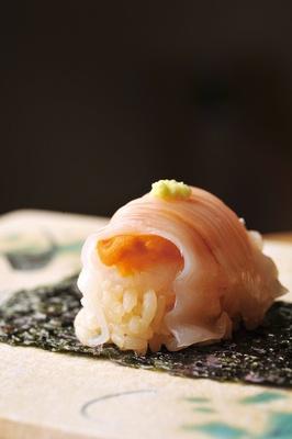とろけあうイカウニは、昼と夜のコースで供される寿司の一例。イカとウニの濃厚な甘味が口の中で混ざり合う / 鮨 旬美西川(名古屋市中村区)