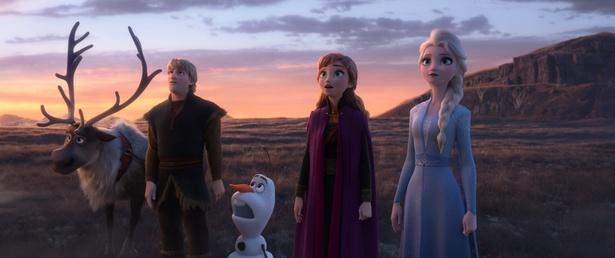 エルサとアナ、そして仲間たちが驚きの表情をみせる新たな場面写真も到着