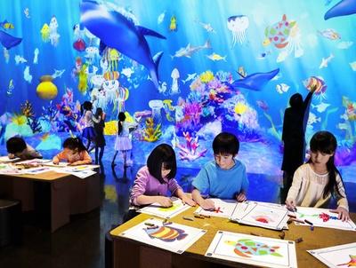紙に描いた魚の絵をスキャンすると、目の前の海で泳ぎだす! / 『お絵かき水族館』
