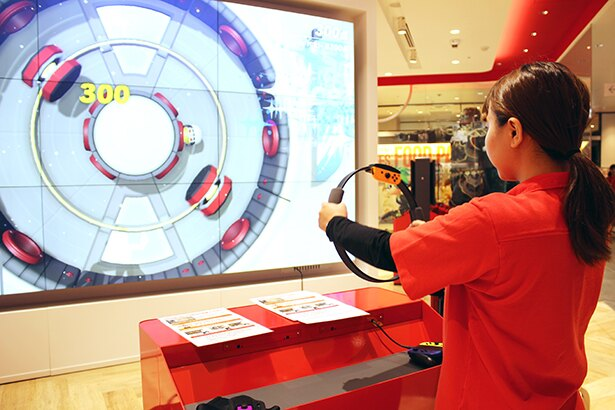 「Nintendo TOKYO」店内の大型モニターでNintendo Switchの試遊が楽しめる