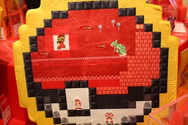 モンスターボールの中にマリオシリーズのキャラクターがデザインされた「ダイカットクッション 8 BIT SCRAMBLE Nintendo TOKYO」