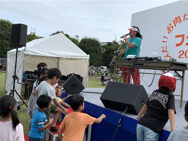 DJ掟ポルシェのステージ前に集まる子供たち(秋だ!!お肉だ!!スイーツだ!!フェス2019)
