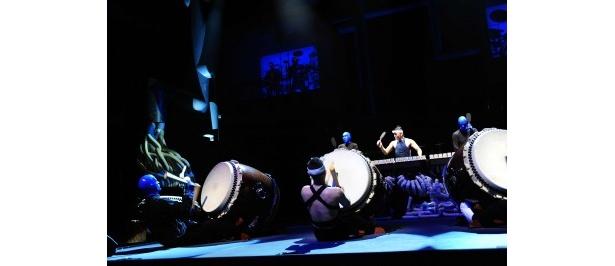 ブルーマンと鼓童のメンバーが入れ代わって演奏し、会場を沸かせる