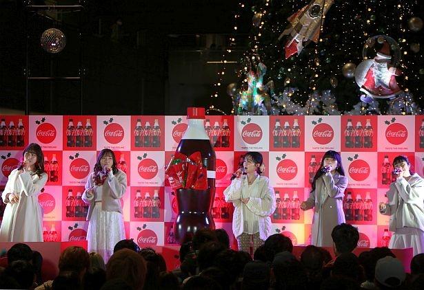 往年のクリスマスソング「We Wish You a Merry Christmas」や「Joy to the World」も披露