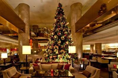 ラウンジ中央にはクリスマスツリーも登場