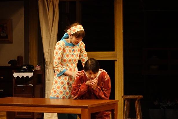 夏美(田中美佐子)と夢野マリー(飯豊まりえ)と名乗り住み込みのお手伝いとして徳秀館で働く2人