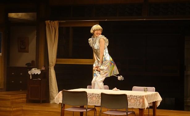 【写真を見る】初舞台で魔法使いマリー役を演じる飯豊まりえ
